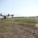 انجام عملیات سمپاشی مزارع از طریق پهپاد در مزارع شهرستان فراشبند