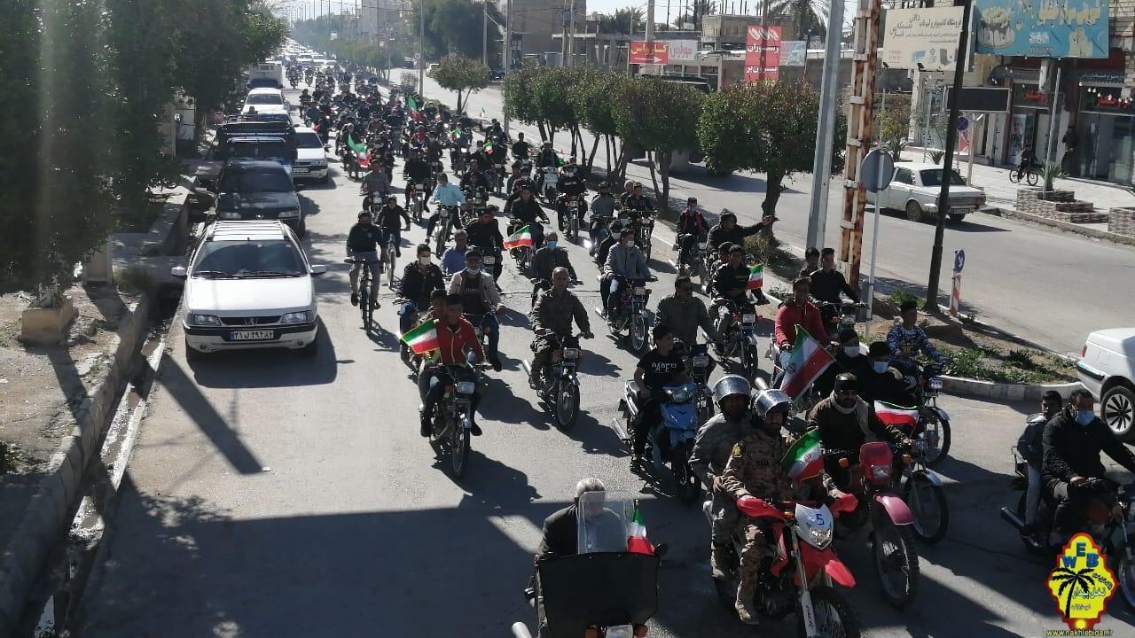 نمایش اقتدار مردم شهرستان فراشبند در ۲۲ بهمن؛ راهپیمایی خودرویی، موتوری مردم فراشبند در جشن ۴٢ سالگی انقلاب+تصاویر